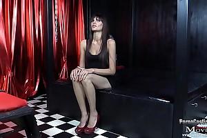 Nina ist eine geile Sekret&auml_rin und sturdiness ins Pornogesch&auml_ft - SPM Nina27 IV01