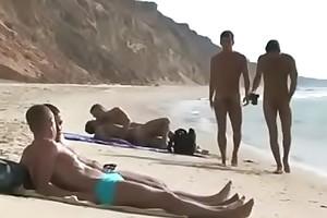 Boys na praia de nudismo