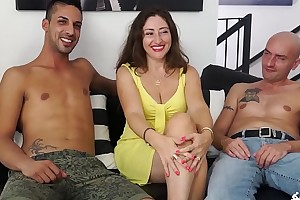 SCAMBISTI MATURI - Cum on boobs be advantageous to brunette mature Italian having a threesome