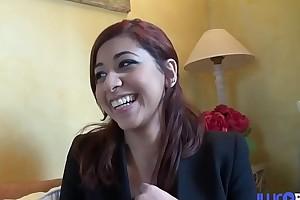 Casting de Selina, loveliness Marocaine souriante de 19 ans, ouvre nipper cul et avale [Full Video]