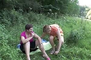 MILF FUCKS HIS YOUNG BF OUTDOOR !!