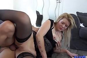 Leslie, 24 ans, s&#039_exhibe a? ague Braderie de Lille avant de se faire baiser brutalement [Full Video]